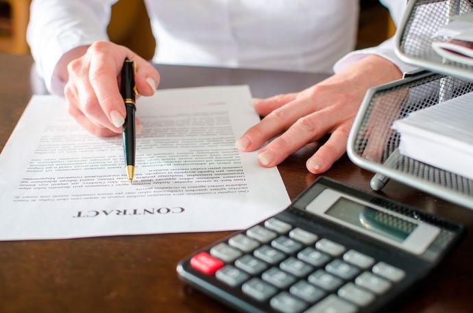 personas firmando un modelo de contrato compra venta de inmueble